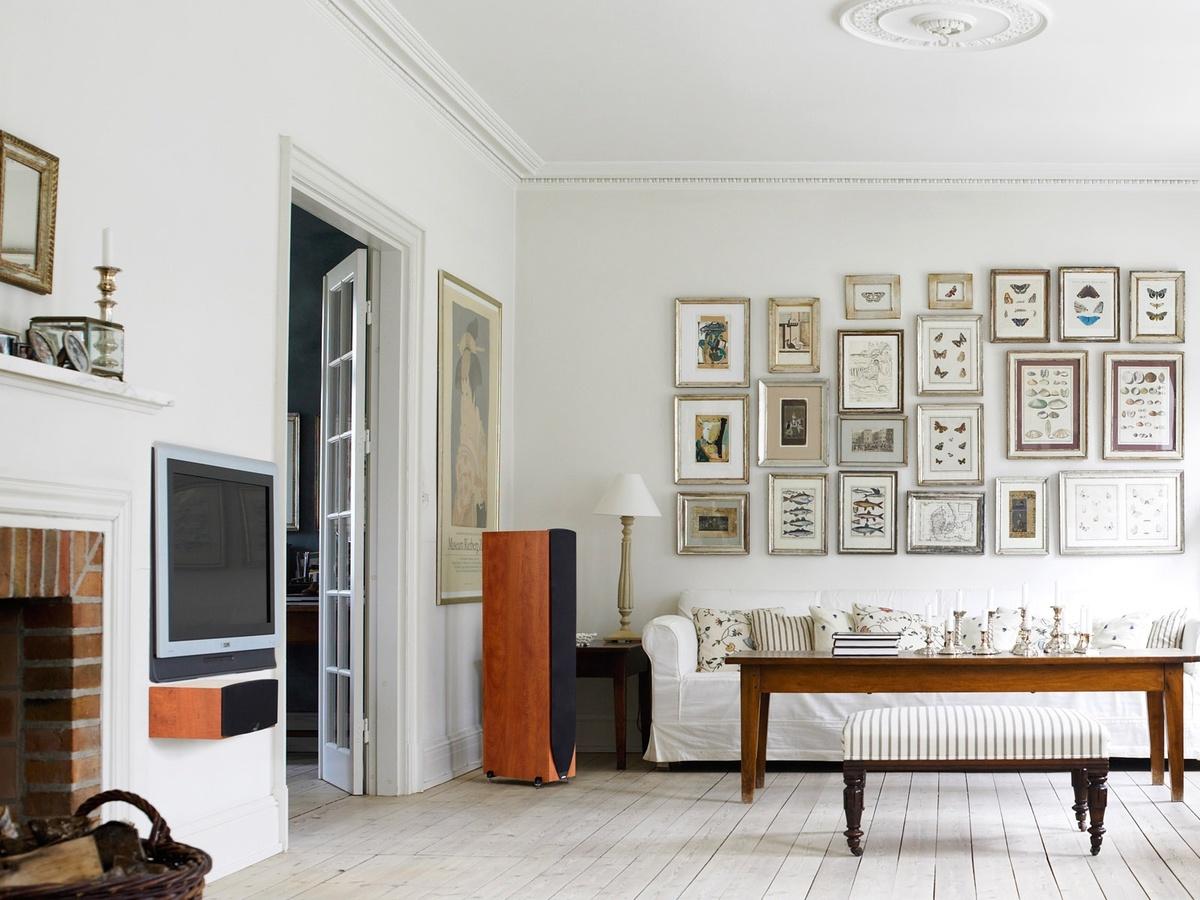 Дизайн комнаты с рамками для фото